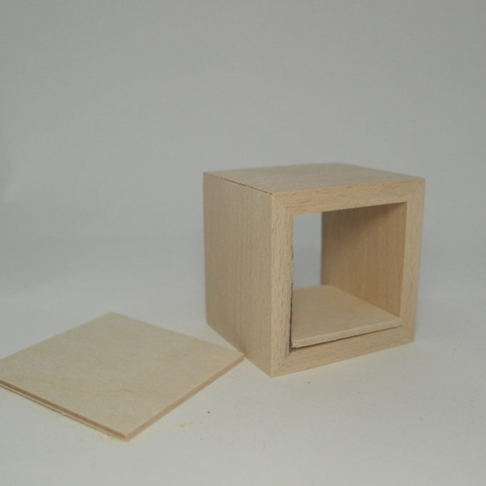 Scatola in legno con fondo estraibile e coperchio staccato Misure cm 6, 5 x 7, 5 x 7, 5