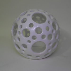 Palla traforata a mano in ceramica bianca