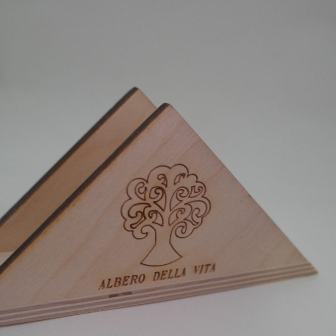 Portatovagliolo in legno a triangolo albero della vita inciso a laser